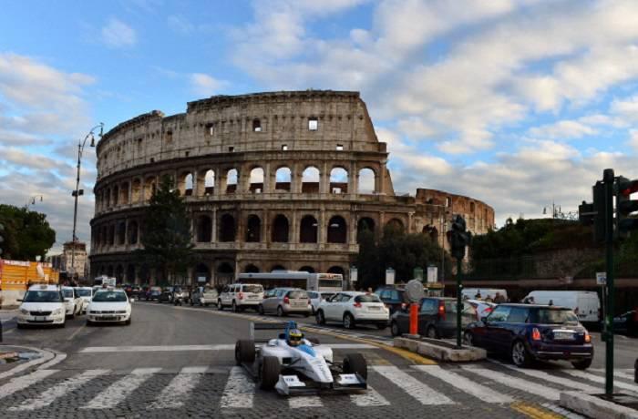 Una monoposto di Formula E davanti al Colosseo di Roma
