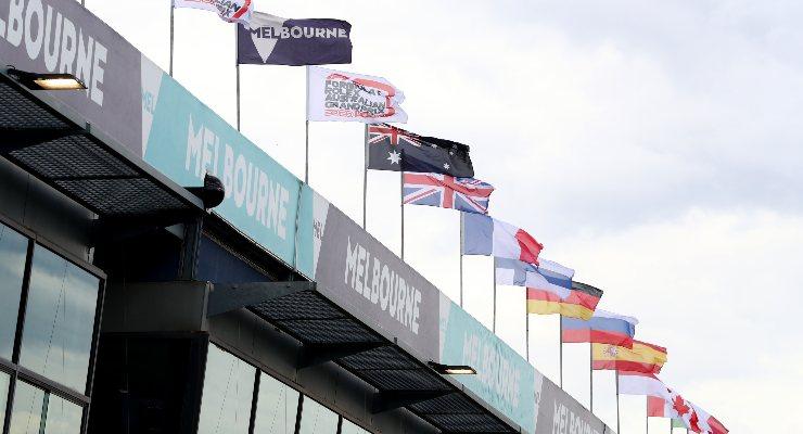 Le bandiere nel paddock del Gran Premio d'Australia a Melbourne