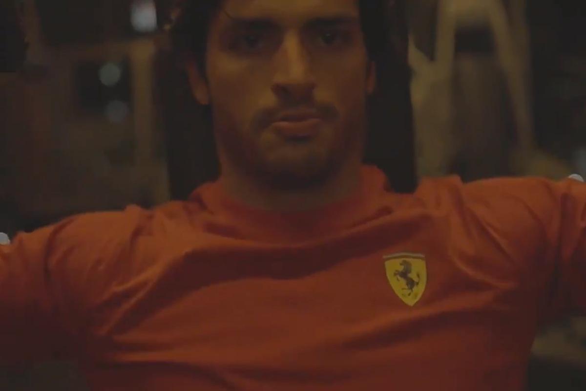 Un fotogramma del video di Carlos Sainz con i colori della Ferrari