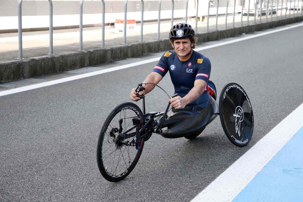 Alex Zanardi con la sua handbike (Foto Bmw)