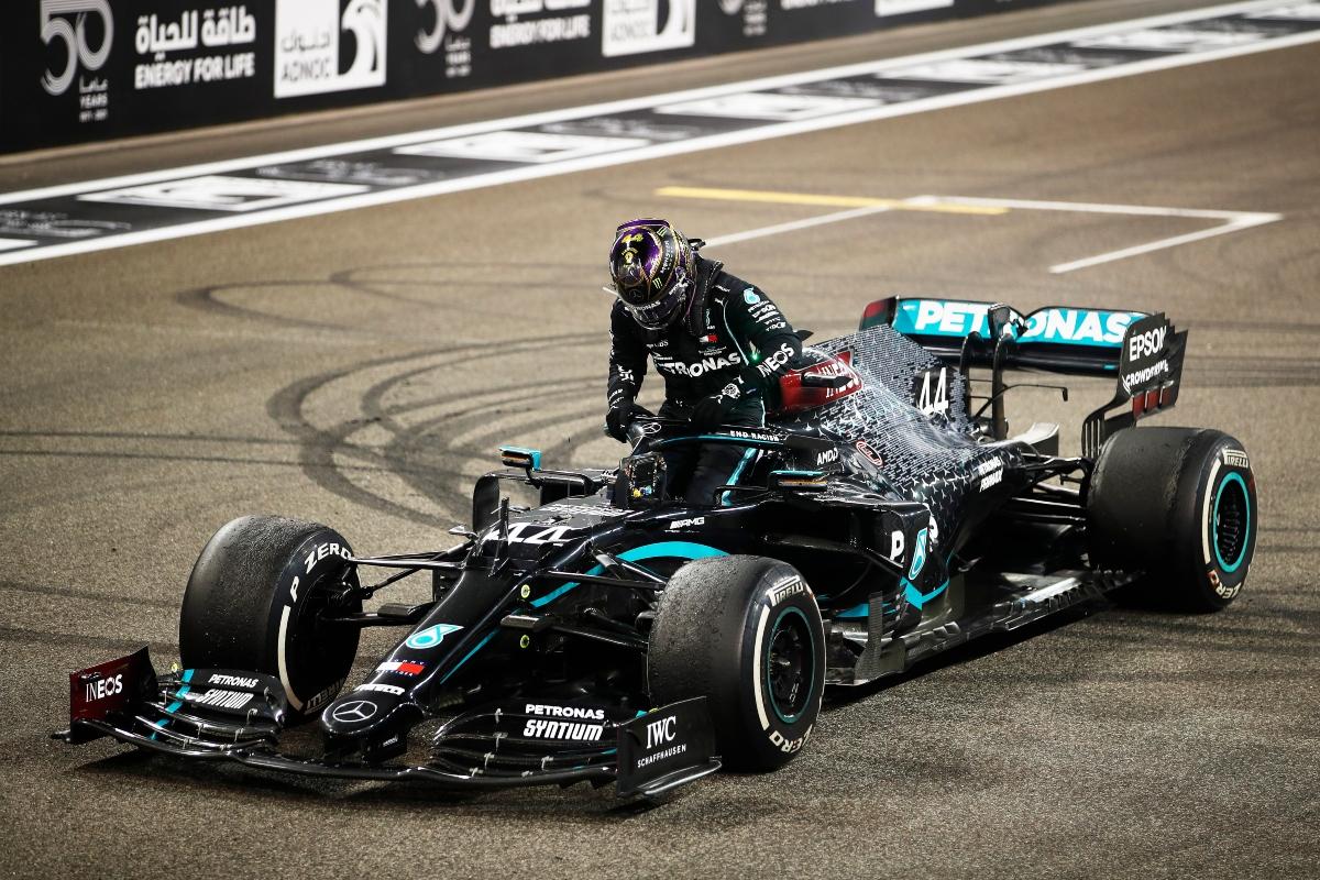 Lewis Hamilton scende dalla sua Mercedes (Getty Image)