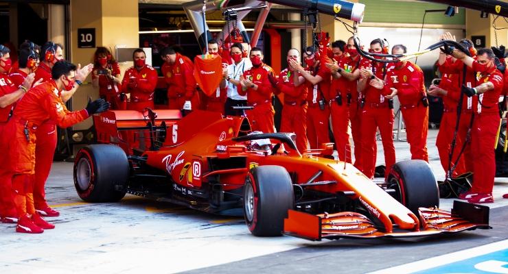 Sebastian Vettel in uscita dal box Ferrari (Getty Images)