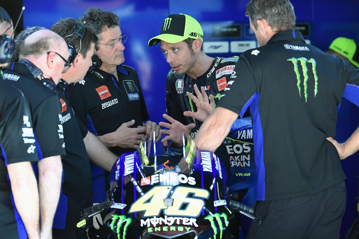 Valentino Rossi con i suoi meccanici nel box Yamaha (Getty Images)