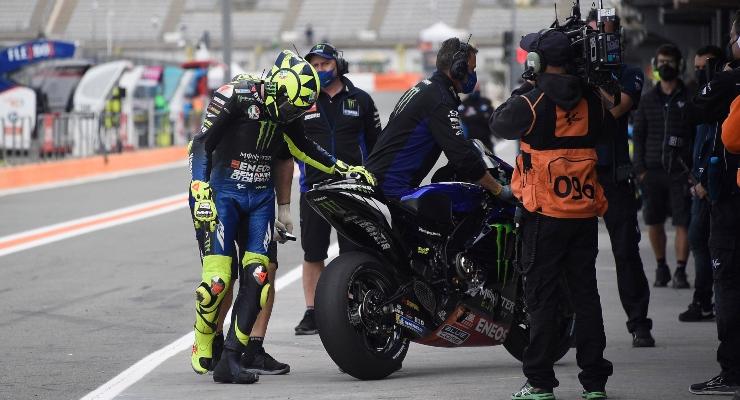 Valentino Rossi controlla il posteriore della sua M1 (Getty Images)