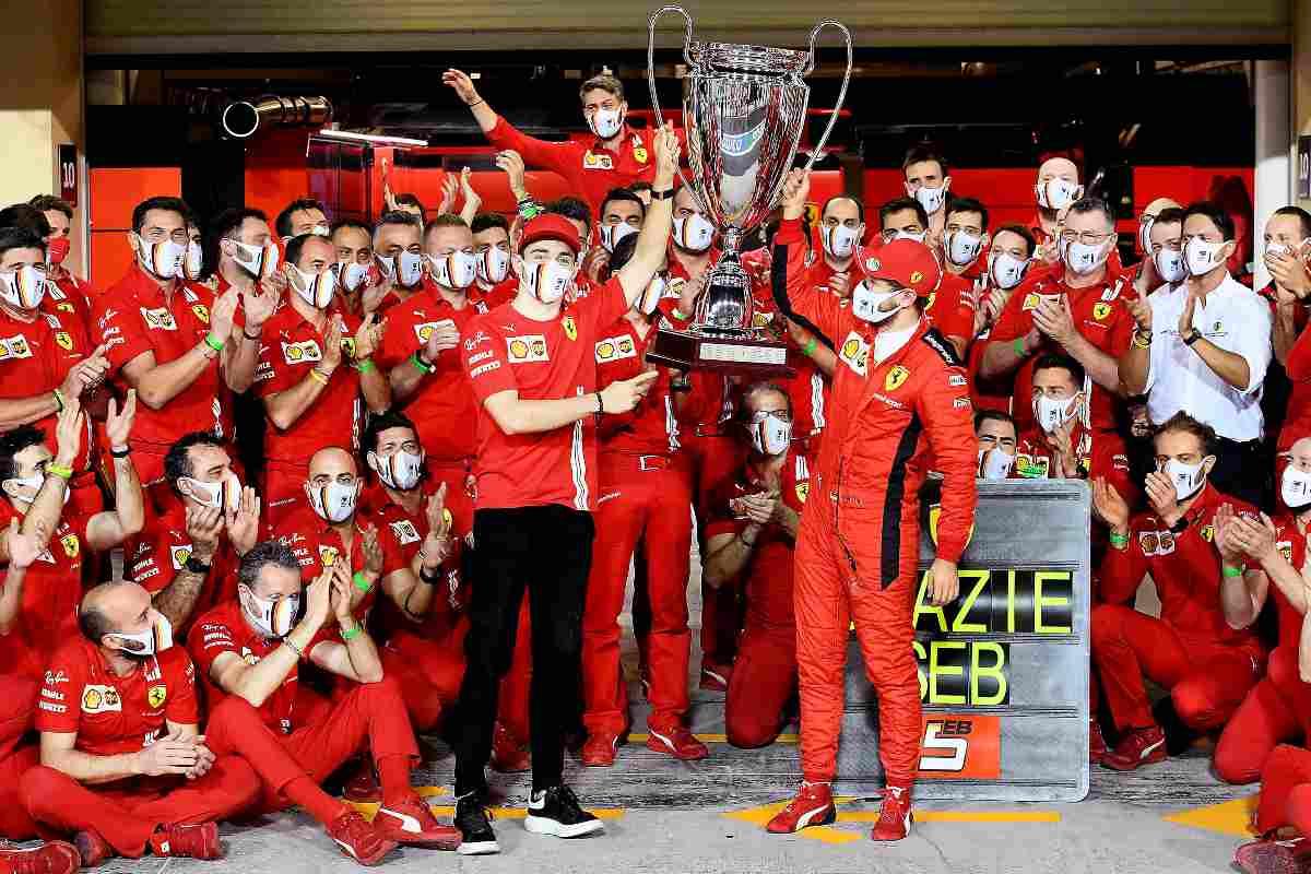 La foto di gruppo della Ferrari a fine stagione 2020