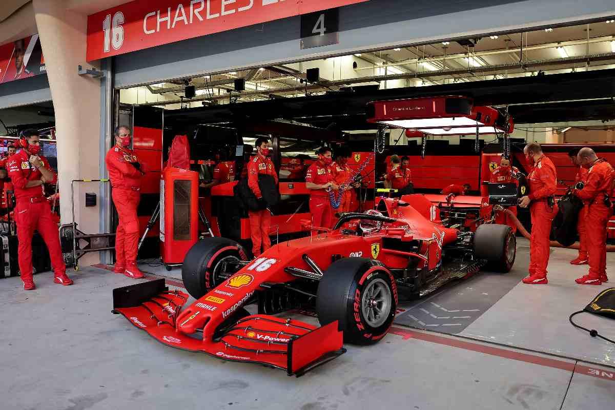 La Ferrari di Charles Leclerc ai box