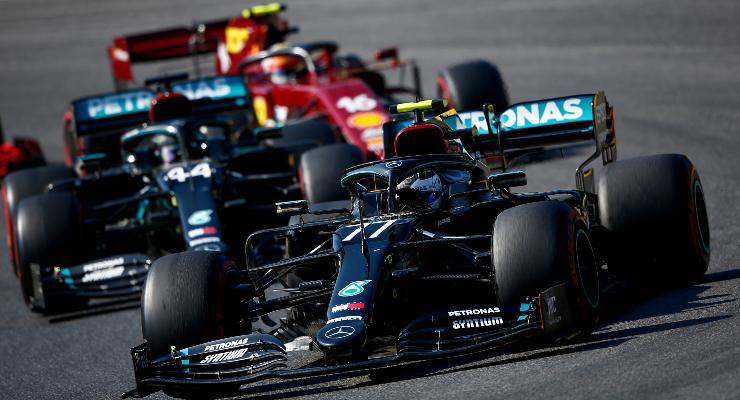 Le Mercedes davanti alla Ferrari di Charles Leclerc