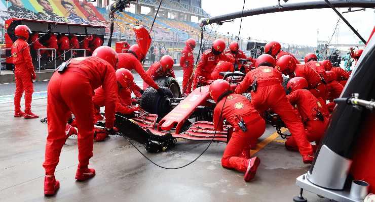 La SF1000 di Sebastian Vettel ai box