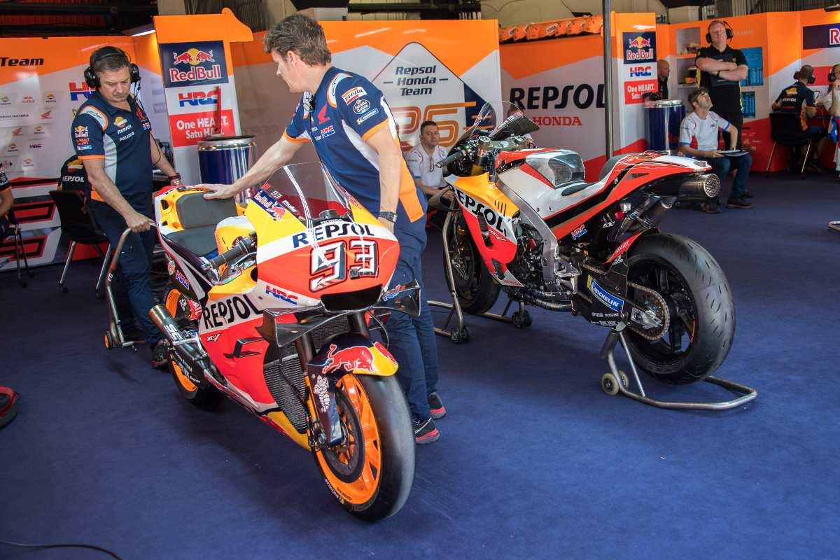 Moto di Marc Marquez nel box Honda (Getty Images)