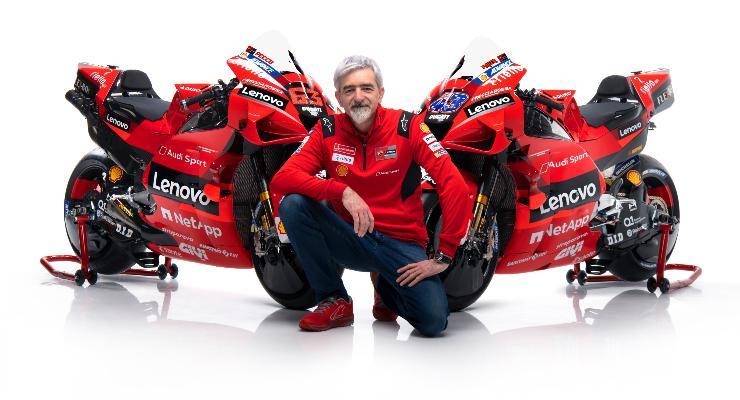Il direttore generale Gigi Dall'Igna con le Ducati Desmosedici GP21