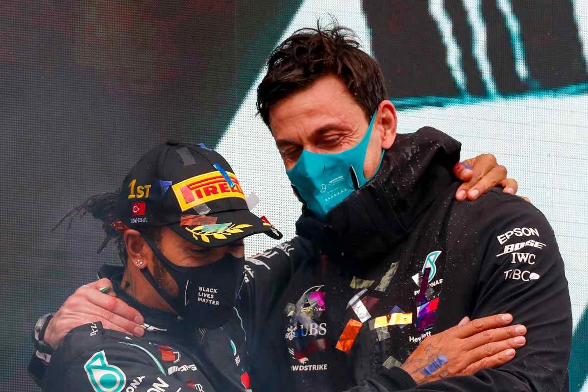 Lewis Hamilton con il suo team principal Toto Wolff
