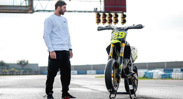 Andrea Iannone con la sua moto da supermotard al circuito internazionale di Abruzzo a Ortona