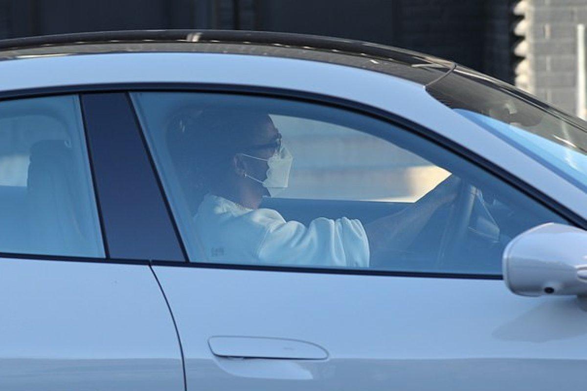 Lewis Hamilton al volante della Porsche Taycan Turbo S