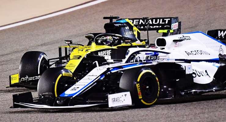 Nicholas Latifi davanti alla Renault di Daniel Ricciardo
