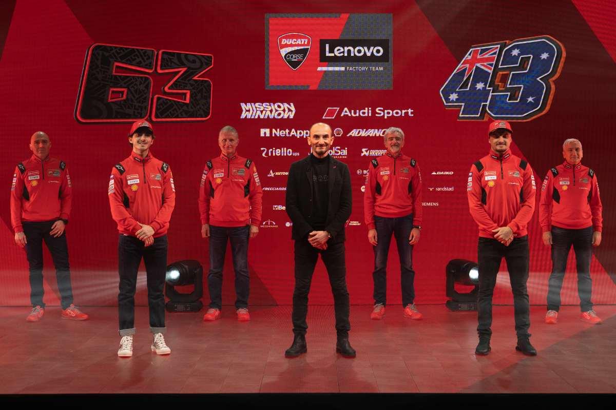 Il team Ducati 2021, piloti e ingegneri, al gran completo