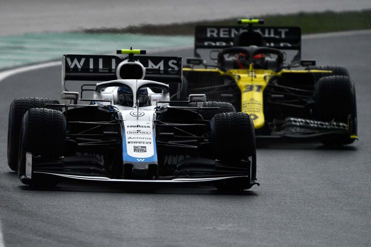 La Williams di Nicholas Latifi davanti alla Renault di Esteban Ocon
