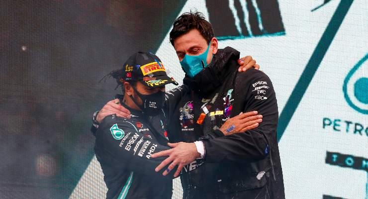 Il team principal Toto Wolff con Lewis Hamilton