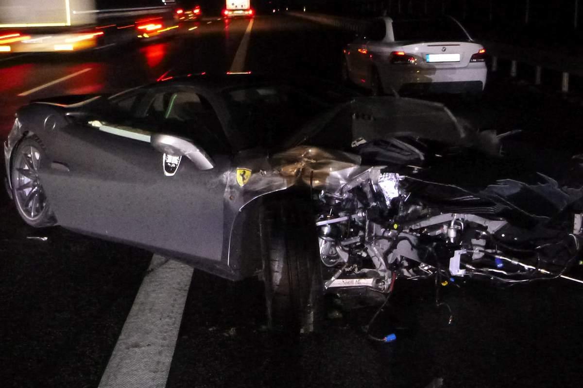 La Ferrari F8 Tributo schiantata nell'incidente in autostrada