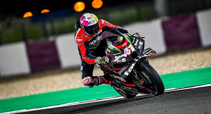 Aleix Espargarò sulla Aprilia nei test MotoGP di Losail, in Qatar