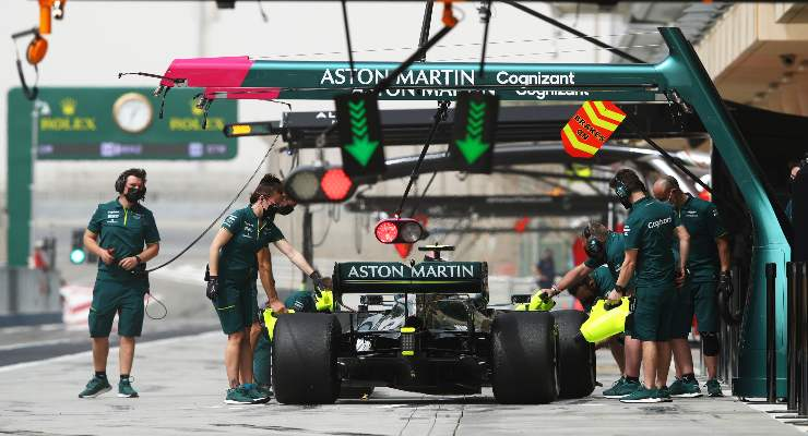 La Aston Martin di Sebastian Vettel ferma ai box nei test F1 di Sakhir, in Bahrain
