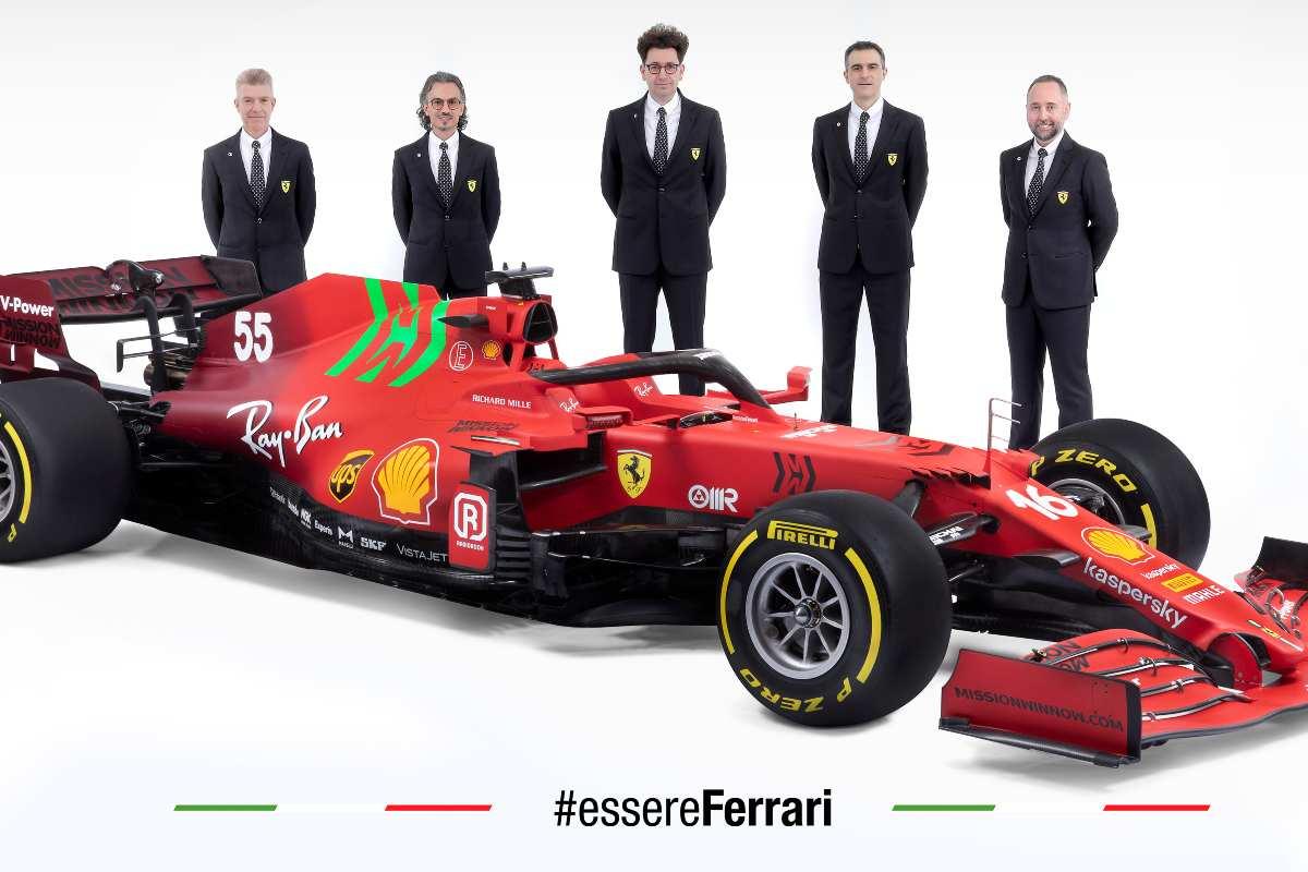 La Ferrari SF21 con i vertici tecnici e sportivi del team