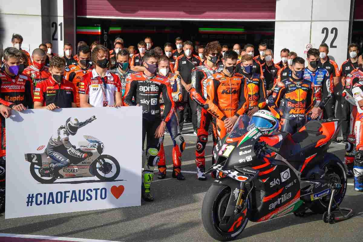 Il minuto di silenzio del paddock del Motomondiale in tributo di Fausto Gresini