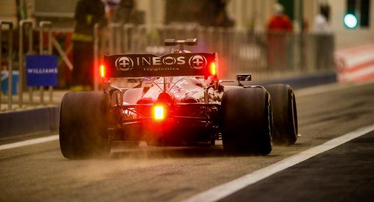 La Mercedes di Lewis Hamilton in pista nei test F1 di Sakhir, in Bahrain