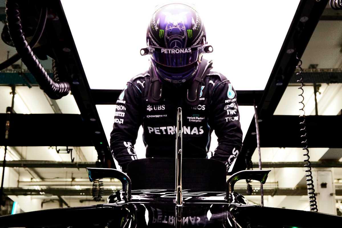 Lewis Hamilton sale in macchina