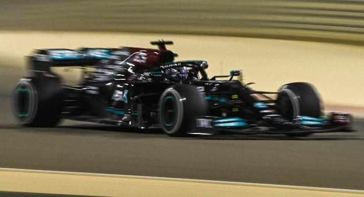 Lewis Hamilton in pista nei test F1 di Sakhir, in Bahrain