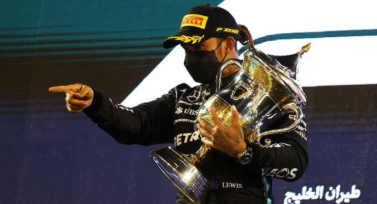Lewis Hamilton sul gradino più alto del podio del Gran Premio del Bahrain di F1 2021 a Sakhir