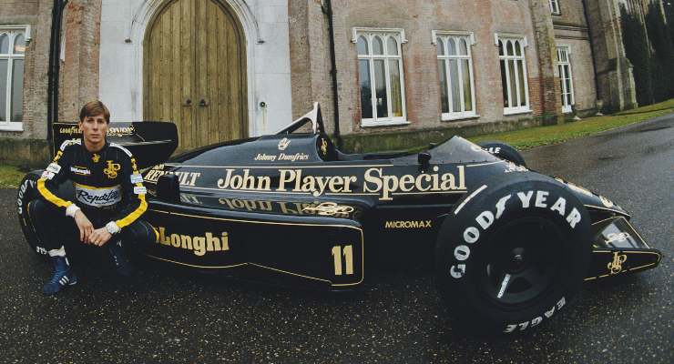Johnny Dumfries con la sua Lotus di Formula 1 con cui corse nel 1986