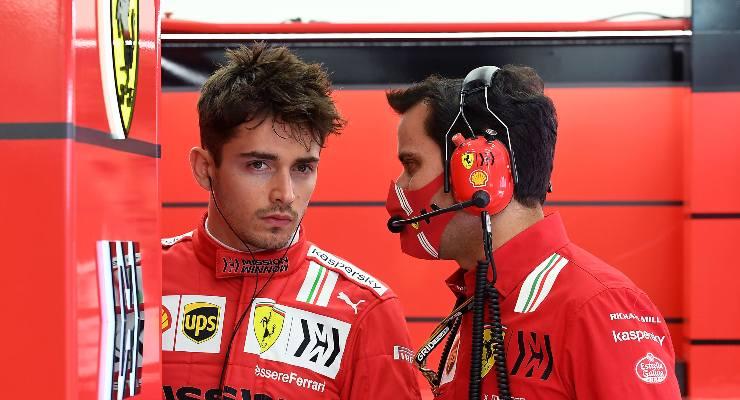 Charles Leclerc ai box nei test F1 di Sakhir, in Bahrain