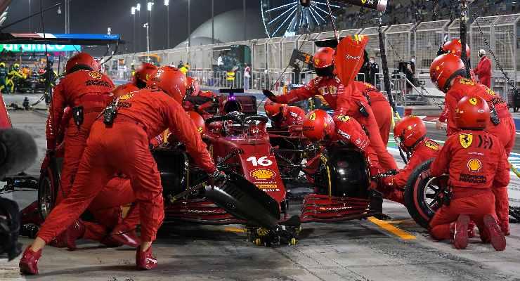 Il pit stop di Charles Leclerc nel Gran Premio del Bahrain di F1 2021 a Sakhir