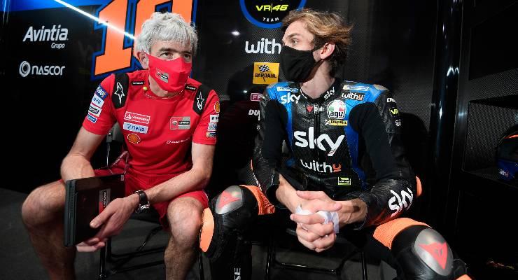 Luca Marini ai box con il direttore generale Ducati, Gigi Dall'Igna, nello shakedown di MotoGP a Losail, in Qatar