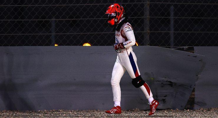 Nikita Mazepin torna a piedi dopo l'incidente nel Gran Premio del Bahrain di F1 2021 a Sakhir