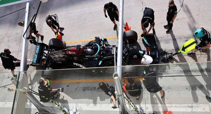 La vettura di Lewis Hamilton ai box del Gran Premio del Bahrain di F1 2021 a Sakhir