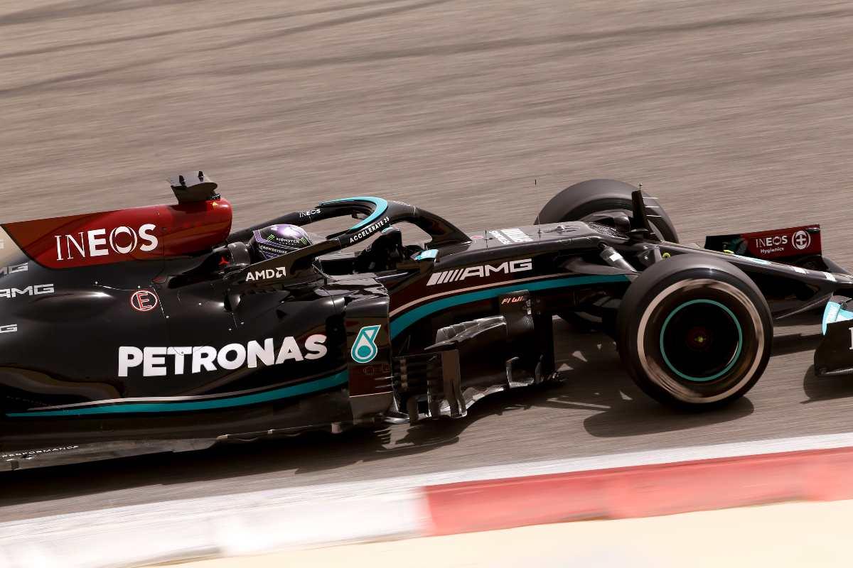 Lewis Hamilton in pista nei test F1 di Sakhir in Bahrain
