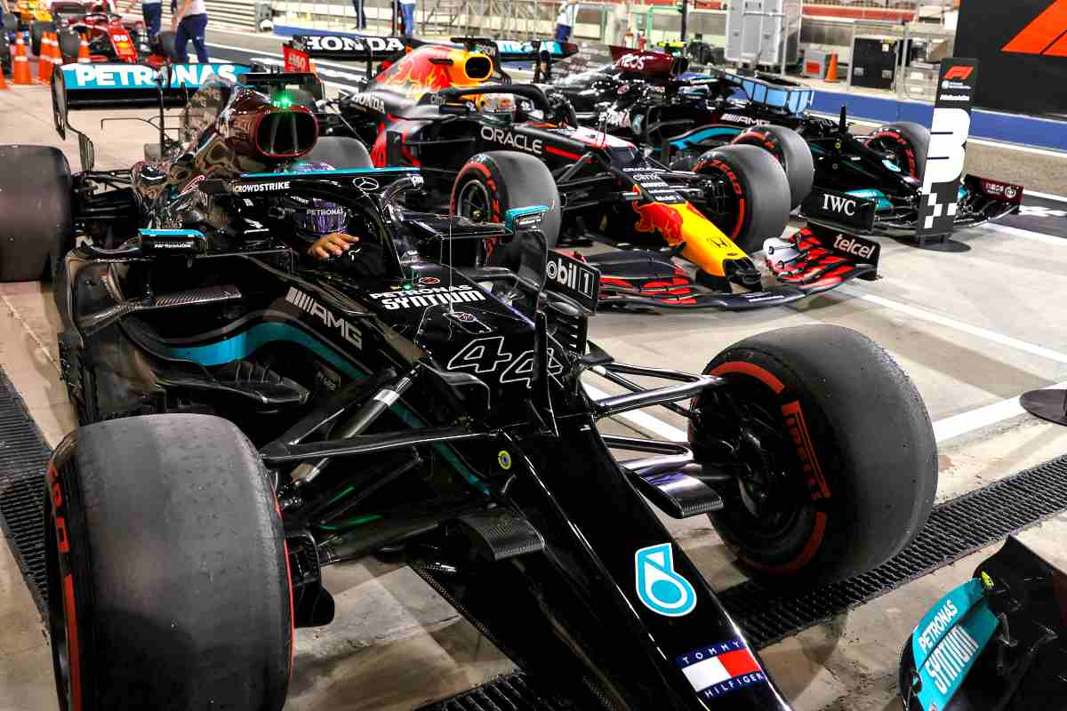 La vettura di Lewis Hamilton insieme alle altre nel parco chiuso del Gran Premio del Bahrain di F1 2021 a Sakhir