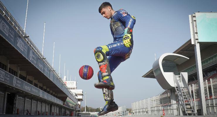 Il calciatore del Barcellona Pedri palleggia in corsia dei box al Montmelò