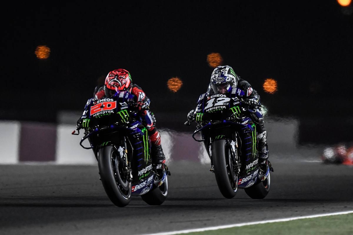 Fabio Quartararo e Maverick Vinales in pista nel Gran Premio del Qatar di MotoGP 2021 a Losail