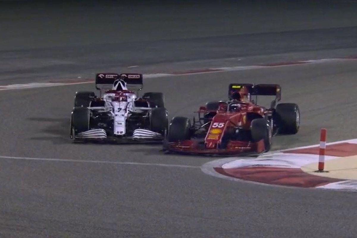 La Alfa Romeo di Kimi Raikkonen sfiora il contatto con la Ferrari di Carlos Sainz nei test F1 di Sakhir, in Bahrein