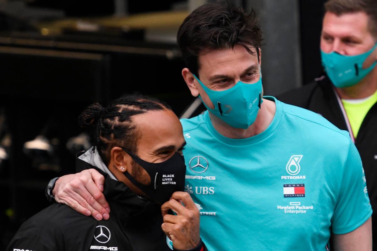 Il team principal della Mercedes, Toto Wolff, con il suo pilota Lewis Hamilton