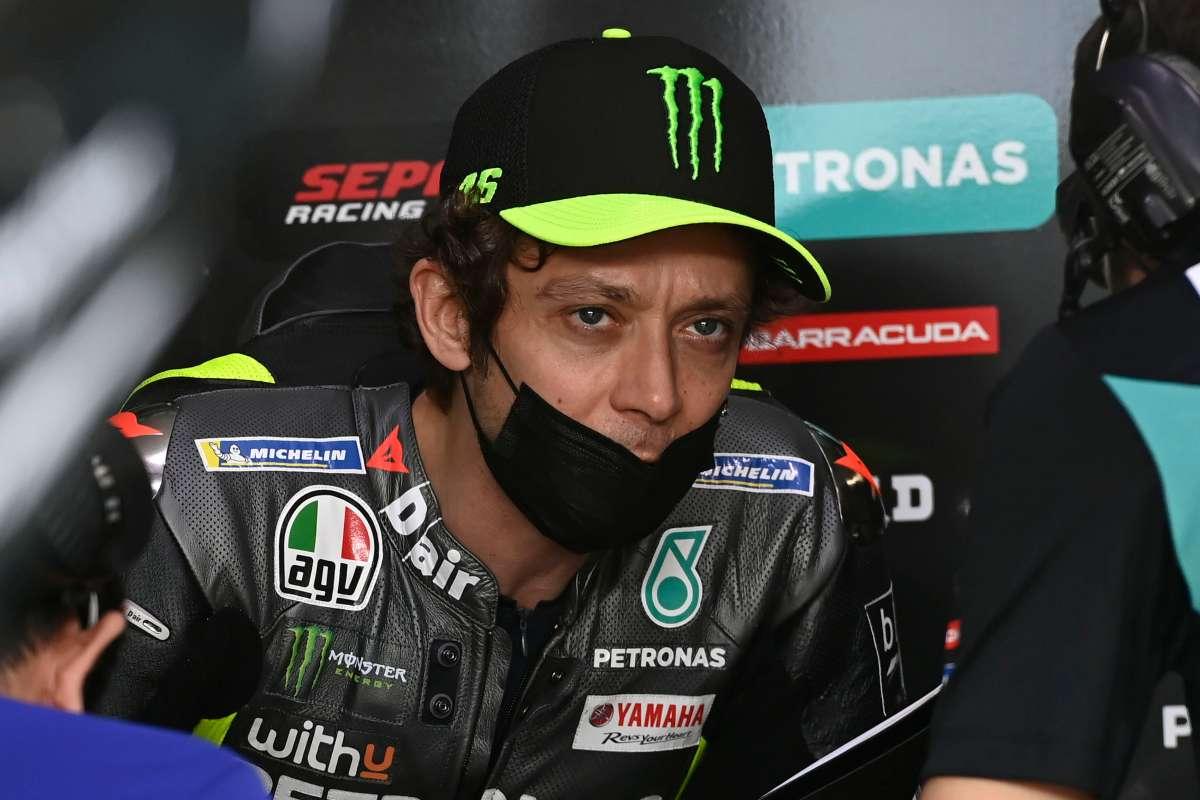 Valentino Rossi ai box nei test MotoGP a Losail, in Qatar