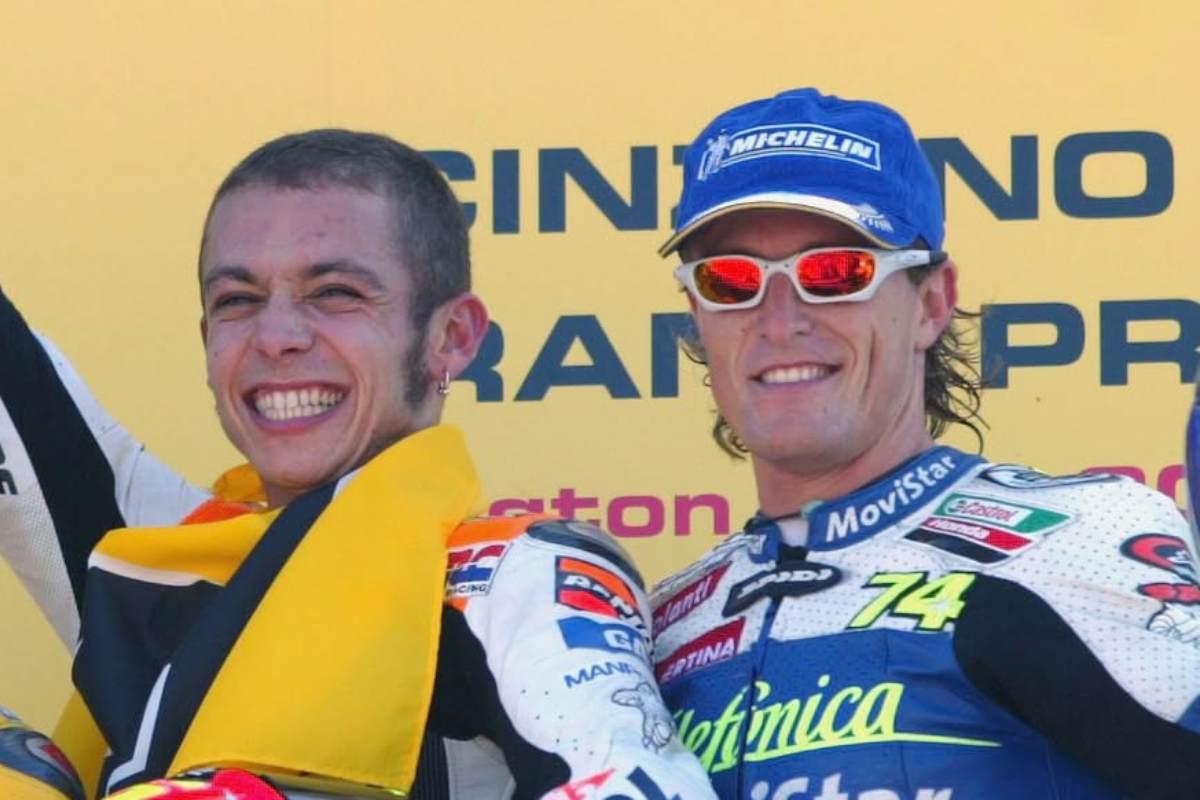 Valentino Rossi e Sete Gibernau sul podio del Gran Premio di Gran Bretagna 2003 di MotoGP
