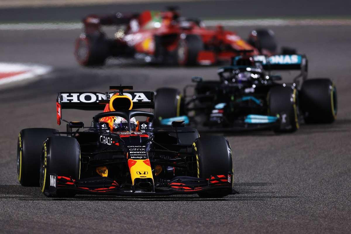 Max Verstappen davanti alla Mercedes di Lewis Hamilton alla partenza del Gran Premio del Bahrain di F1 2021 a Sakhir