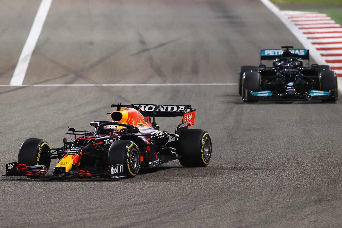La Red Bull di Max Verstappen in lotta con la Mercedes di Lewis Hamilton al Gran Premio del Bahrain di F1 2021 a Sakhir