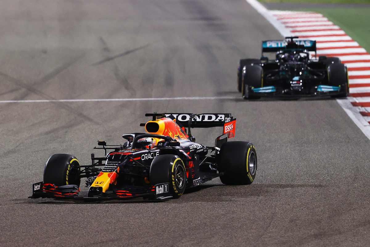 La lotta tra Max Verstappen e Lewis Hamilton nel Gran Premio del Bahrain di F1 2021 a Sakhir