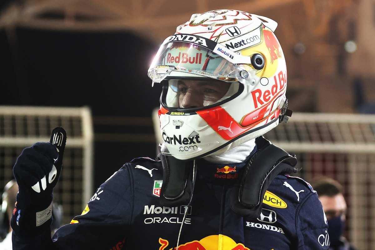 Max Verstappen festeggia la pole position nel Gran Premio del Bahrain di F1 2021 a Sakhir