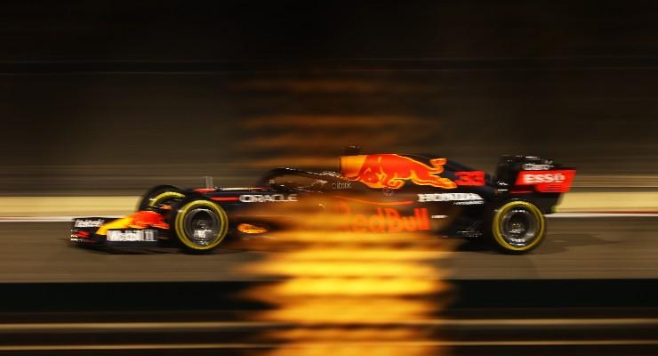 Max Verstappen in pista nelle qualifiche del Gran Premio del Bahrain di F1 2021 a Sakhir