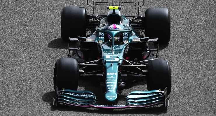 La Aston Martin di Sebastian Vettel in pista nei test F1 di Sakhir, in Bahrain